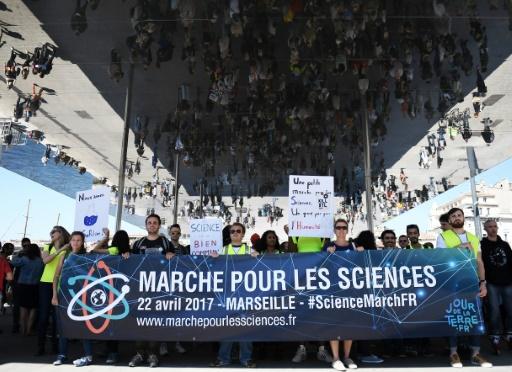 """Des centaines de personnes ont manifesté à Marseille, le 22 avril 2017 pour la """"Marche pour les sciences"""" © ANNE-CHRISTINE POUJOULAT AFP"""