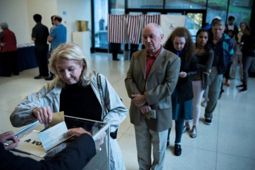 Des citoyens français font la queue pour voter pour le premier tour de l'élection présidentielle, à l'ambassade de France à Washington, le 22 avril 2017 © Brendan Smialowski AFP