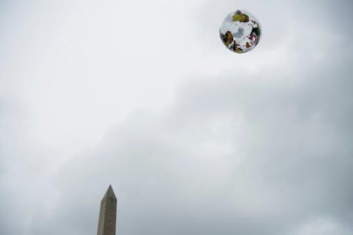 Un globe gonflable en marge d'une manifestation à Washington pour défendre la science, le 22 avril 2017 © Brendan Smialowski AFP