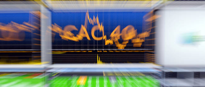 A photo taken on October 30, 2015 shows a screen with the French CAC 40 index in Euronext's market services surveillance room at the Euronext headquarters in Courbevoie. AFP PHOTO / ERIC PIERMONT / AFP PHOTO / ERIC PIERMONT