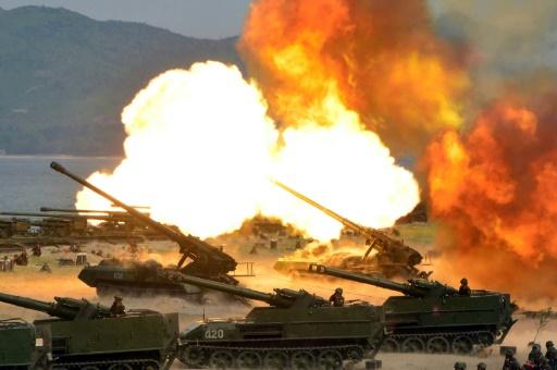 Photo fournie par l'agence officielle nord-coréenne KCNA le 26 avril 2017 d'exercices d'artillerie en Corée du Nord, date et lieu non précisés © STR KCNA VIA KNS/AFP