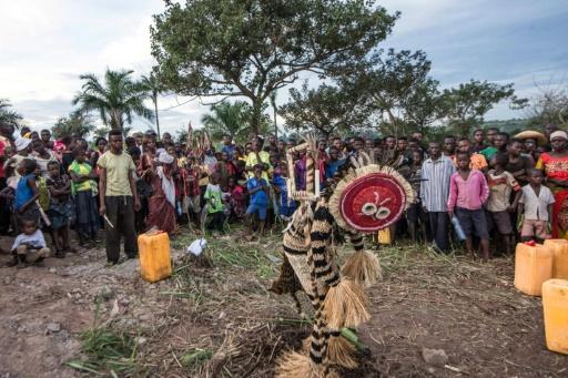 """Des danseurs à l'inauguration du """"White Cube"""", le 22 avril 2017 à Lusanga dans le sud-ouest de la RDC © Junior D. KANNAH AFP"""
