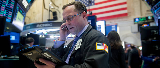 A trader works on the floor at the closing bell of the Dow Industrial Average at the New York Stock Exchange April 27, 2017 in New York.  / AFP PHOTO / Bryan R. Smith