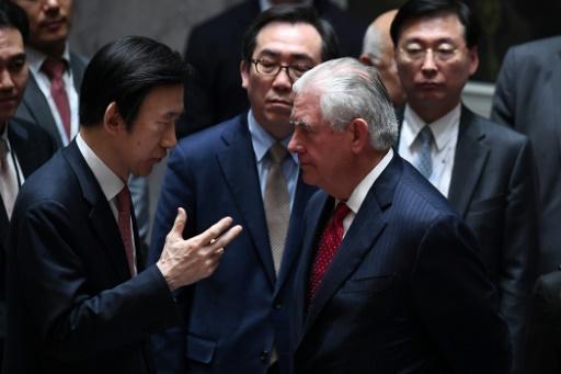Le secrétaire d'Etat américain Rex Tillerson (d) avec le ministre sud-coréen des Affaires étrangères Yun Byung-se, le 28 avril 2017 à New York au siège des Nations unies © Jewel SAMAD AFP