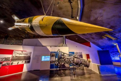 Le fusée V2 et son moteur (arrière plan), photographié le 26 avril 2017 au Centre d'histoire et de mémoire La Coupole © PHILIPPE HUGUEN AFP