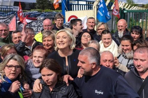 Marine Le Pen (c), candidate FN à la présidentielle, le 26 avril 2017 à Amiens © STR AFP
