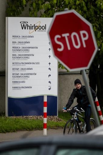Un salarié sort de son usine Whirlpool/Indesit à Lodz, le 28 avril 2017 en Pologne © Wojtek RADWANSKI AFP
