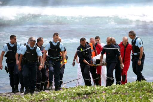Les sauveteurs et les gendarmes portent le corps du jeune bodyboarder, mort à la suite d'une attaque de requin, le 29 avril 2017 à Saint-Leu, sur l'île de l'île de La Réunion © Richard BOUHET AFP