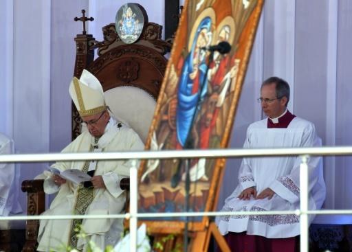 Le pape François (G) célèbre samedi 29 avril 2017 une messe devant des milliers de fidèles dans un stade du Caire © Andreas SOLARO AFP