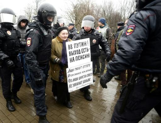 Des policiers russes arrêtent une militante à Saint-Pétersbourg lors d'un rassemblement anti-Poutine, à Saint-Pétersbourg le 29 avril 2017 © Olga MALTSEVA AFP