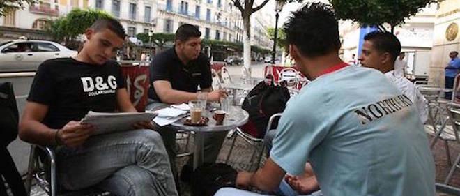 Des jeunes sur la rue Didouche-Mourad, ex-rue Michelet.