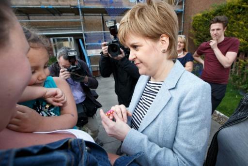 La Première ministre de l'Ecosse et leader du SNP, Nicola Sturgeon (g) parle avec des habitants de Toryglen, lors de la campagne pour les élections locales, le 3 mai 2017 à Glasgow © Robert Perry AFP