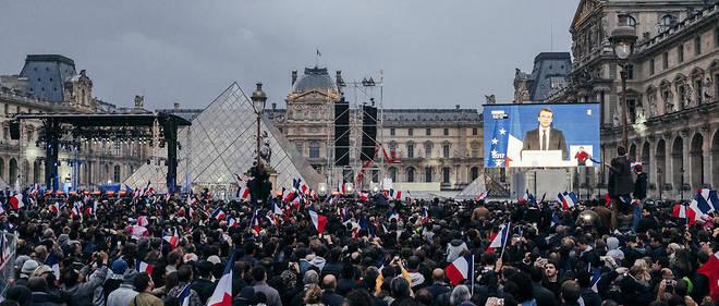 Le choix du Louvre pour fêter la victoire traduit le style d'Emmanuel Macron qui regrettait il y a peu que la démocratie française ait perdu sa dimension monarchique.