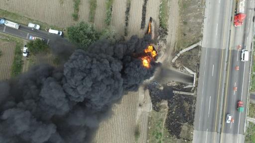 Photo aérienne prise depuis un drone montrant l'incendie d'une canalisation de carburant clandestine, le 7 mai 2017 à Amozoc de Mota, dans l'Etat mexicain de Puebla © JOSE CASTAÑARES AFP
