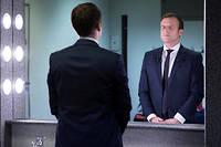 <p>Emmanuel Macron en pleine concentration dans sa loge, avant le meeting de Lyon, le 4février.</p> ©Soazig de la Moissonniere