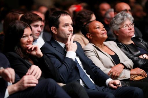 La maire de Paris Anne Hidalgo, au côté du candidat socialiste à la présidentielle Benoît Hamon (c), et l'ancienne Garde des Sceaux Christiane Taubira (d), lors d'une réunion du Parti socialiste le 5 février 2017 à Paris © Thomas SAMSON AFP/Archives