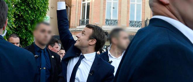 Emmanuel Macron bien entouré.