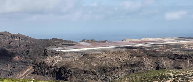 La construction d'un grand aéroport sur l'île de Sainte-Hélène a coûté plus de 300 millions d'euros auxcitoyens britanniques.
