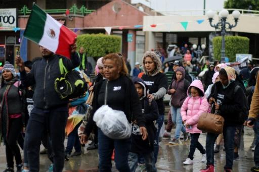 Des migrants cherchant asile aux Etats-Unis traversent la frontière depuis le Mexique, le 7 mai 2017 à Tijuana © GUILLERMO ARIAS AFP