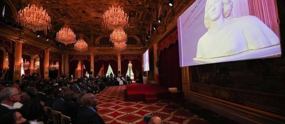 Dans une cérémonie à l'Élysée, le 15 avril 2017, François Hollande a réintégré 28 tirailleurs qui avaient perdu la nationalité française à la suite des indépendances en 1960. ©  Présidence de la République - L. Blevennec