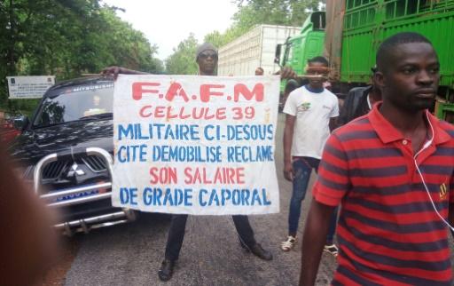 Des centaines d'ex-rebelles ont bloqué les accès à Bouaké, deuxième ville de Côte d'Ivoire, le 8 mai 2017, pour réclamer le paiement de primes © STR AFP/Archives