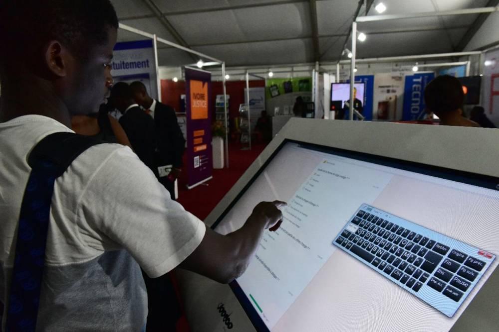 Un visiteur au festival Africa Web à Abidjan le 29 novembre 2016. ©  AFP/Issouf Sanogo