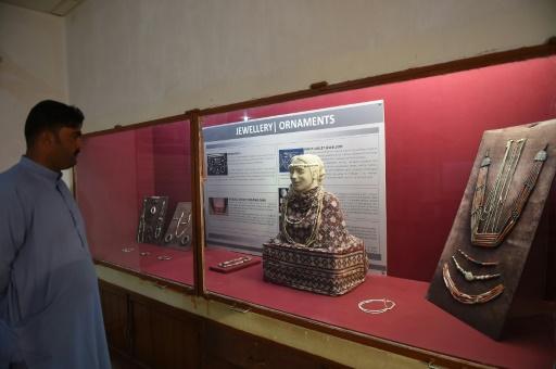 Un visiteur regarde les objets présentés dans le musée de Mohenjo Daro, le 9 février 2017 au Pakistan © ASIF HASSAN AFP