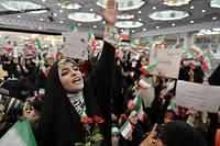 Des femmes en tchador lancent des slogans en faveur du candidat conservateur Ebrahim Raisi, lors de son grand meeting organisé à Téhéran, le 16 mai 2017. ©Fatemeh Bahrami