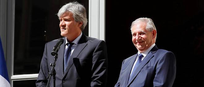 Stéphane Le Foll et Jacques Mézard lors de la passation de pouvoir mercredi au ministère de l'Agriculture.