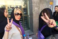 Des militantes favorables au président modéré sortant, Hassan Rohani, effectuent le signe de la victoire à moins de quarante-huit heures de la présidentielle iranienne. ©Armin Arefi