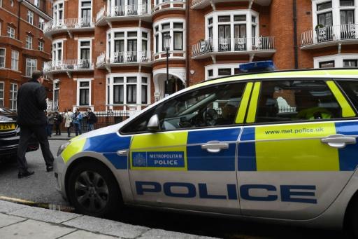 Une voiture de police garée face à l'ambassade d'Equateur à Londres, le 19 mai 2017 © Justin TALLIS AFP