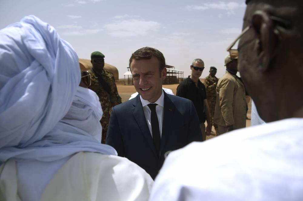 Le président Macron est accueilli par des notables de Gao le 19 mai 2017.  © CHRISTOPHE PETIT TESSON CHRISTOPHE PETIT TESSON / POOL / AFP