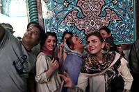 De jeunes Iraniens se prennent en selfie dans un bureau de vote de Téhéran, vendredi 19 mai 2017. ©BEHROUZ MEHRI