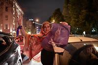 À Téhéran, samedi soir, partisans de Hassan Rohani célébrant la victoire du président sortant.  ©Fatemeh Bahrami