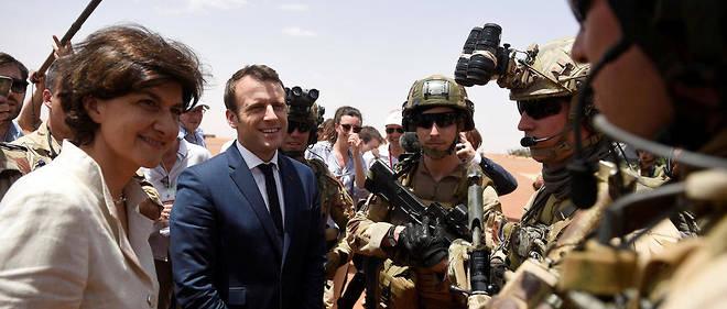 Emmanuel Macron et la ministre des Armées Sylvie Goulard auprès des troupes françaises à Gao, dans le nord du Mali.