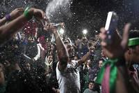 Dès la nuit tombée, des milliers d'Iraniens se sont précipités dane les rues de Téhéran pour fêter la réélection à la présidence du modéré Hassan Rohani. L'occasion de transformer la chaussée en véritable piste de danse : un véritable ballon d'oxygène en République islamique. ©BEHROUZ MEHRI