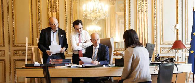 Collégial. Jean-Michel Blanquer entouré de Christophe Kerrero (à g.), son directeur de cabinet, et de ses collaborateurs, au ministère, le 20mai.