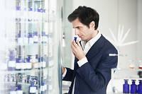 Nez. Olivier Polge, le créateur-parfumeur Chanel, dans son laboratoire aux multiples flacons remplis de matières premières d'exception.