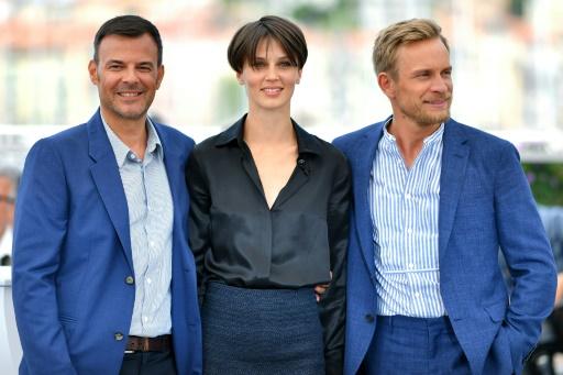 """Le réalisateur François Ozon, l'actrice Marine Vacth,  et l'acteur Belge Jérémie Renier présentent le film """"l'Amant double"""", au festival de Cannes, le 26 mai 2017 © LOIC VENANCE AFP"""