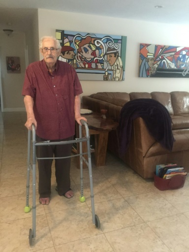 Le Cubain Antonio Veciana, ancien espion de la CIA, le 19 mai 2017 chez lui à Miami, en Floride © Leila MACOR AFP