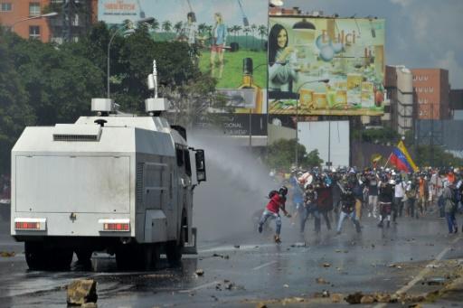 Heurts avec la police lors d'une anifestation d'opposants au président vénézuélien, Nicolas Maduro à Caracas, le 29 mai 2017 © LUIS ROBAYO                          AFP
