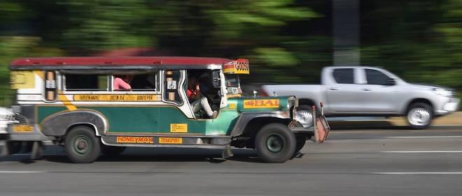 Bricolés sur base de vieilles Jeep de la Seconde Guerre mondiale, les jeepneys assurent un transport urbain très abordable aux habitants de Manille.