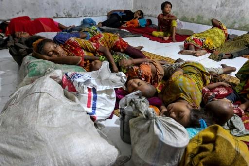 Des villageois ayant fui le cyclone Mora dans un abri à Cox's Bazar, au Bangladesh, le 29 mai 2017 © STR AFP