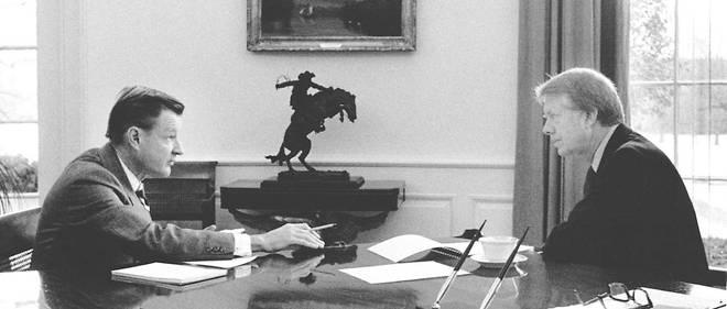 Dans le bureau ovale de la Maison-Blanche, le président Jimmy Carter (à droite) et son conseiller Zbignew Brzezinski, le 21 janvier 1977.
