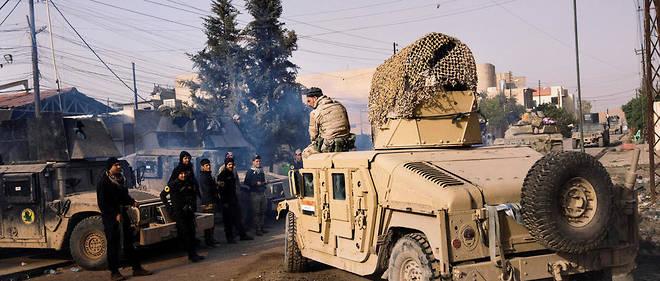 Un soldat irakien parle avec un membre du contre-terrorisme local à Mossoul.