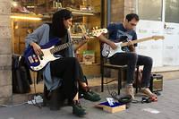 Dans une rue de Téhéran, deux guitaristes, notamment une femme bassiste, jouent le tube «Creep» de Radiohead.