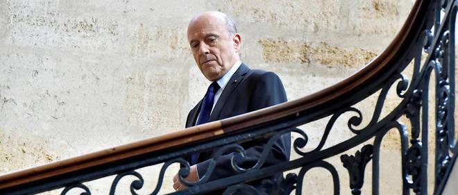 Alain Juppé dans l'escalier de l'hôtel de ville de Bordeaux.