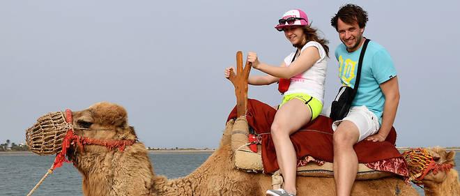 Des touristes français sur un chameau dans l'île de Djerba. Le signe d'un nouveau départ du tourisme tunisien avec comme locomotive les Algériens, les Libyens et les Russes.