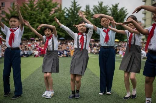 Des enfants prennent part à une danse lors de la journée des enfants, le 6 juin 2017 à Pyongyang © Ed JONES AFP