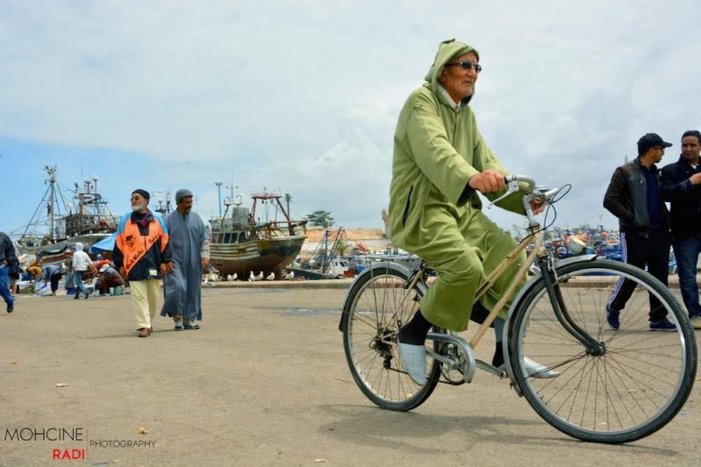 Scène de vie sur les bords de la place dans la ville d'Essaouira. ©  http://festival-gnaoua.net/